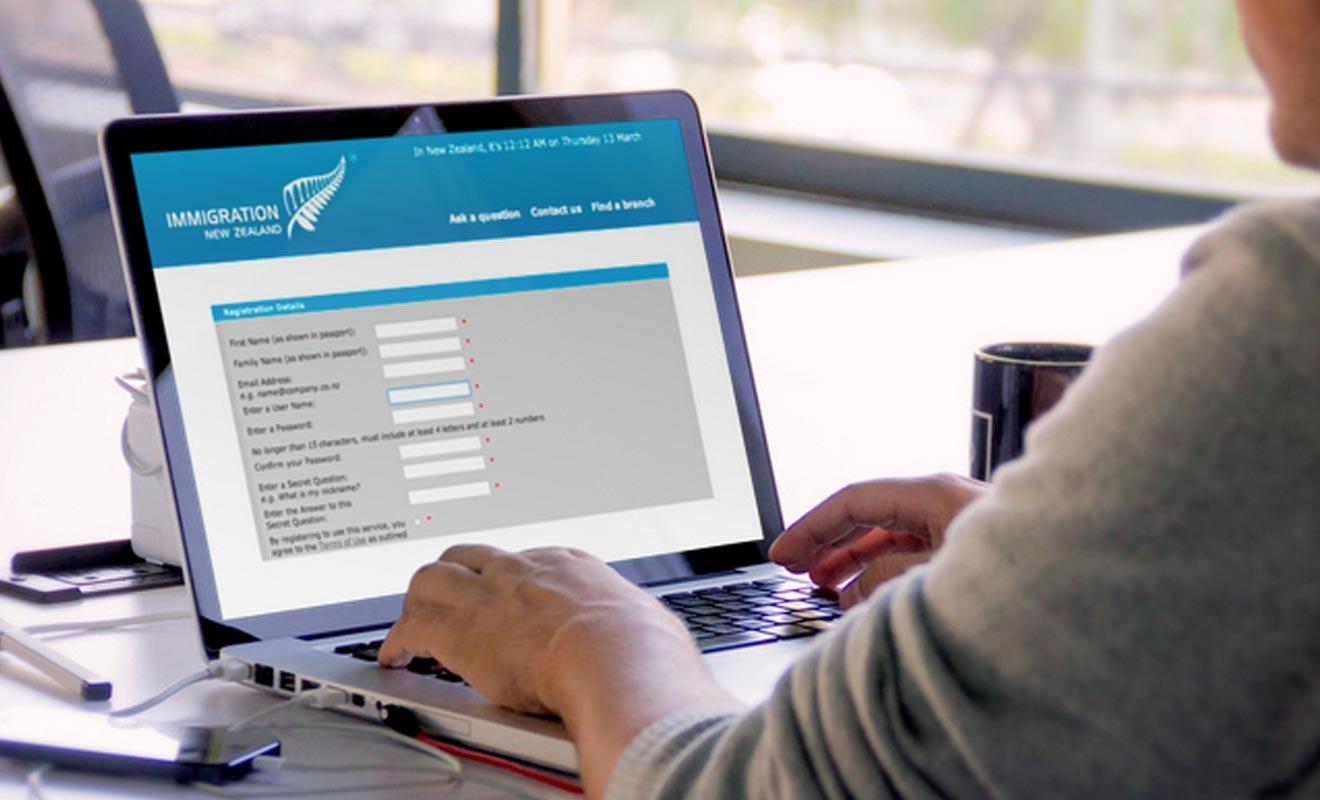 Une demande de Visa sur le site du ministère de l'Immigration néo-zélandais prend un peu moins d'une heure. Il faut pour cela avoir réuni les justificatifs requis pour la procédure. Inutile de se bousculer, il faut prendre son temps et se relire.