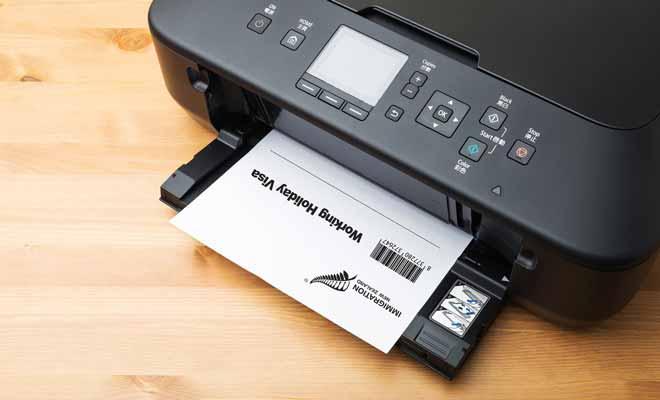 Le Visa Vacances Travail n'est pas envoyé par la Poste. Pour l'obtenir, vous devrez télécharger un document sur le site du ministère de l'Immigration et l'imprimer vous-même. Aussi étonnant que cela puisse paraitre, le visa tient sur une simple feuille de papier.