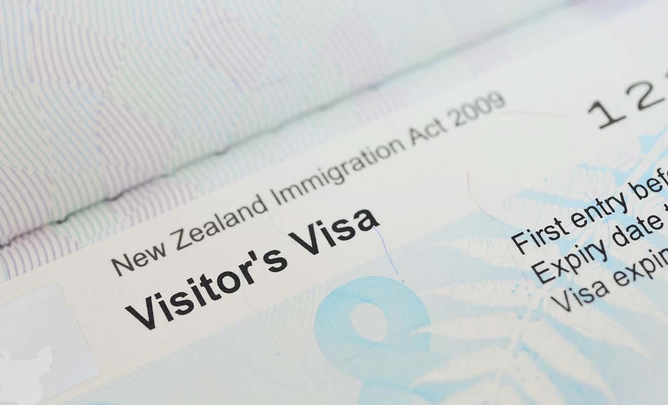 Le visa coûte 165 dollars en frais de dossier et permet de rester jusqu'à neuf mois consécutifs en Nouvelle-Zélande, voir même une année entière sur demande.