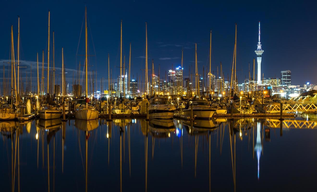 La voile compte parmi les sports enseignés aux enfants à l'école. La plupart des Kiwis savent manoeuvrer un voilier et possèdent un navire de plaisance. On dénombre pas moins de 135.000 voiliers dans la baie d'Auckland.