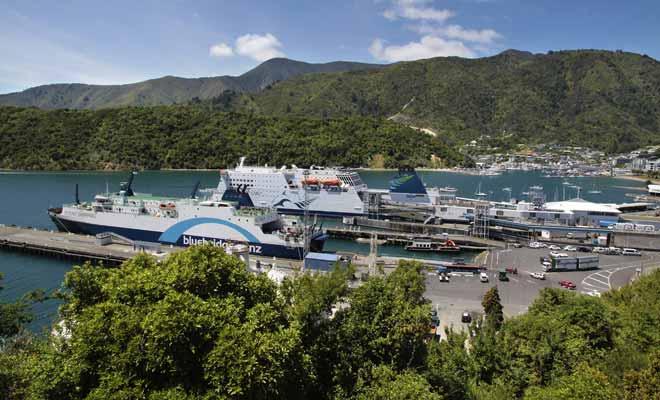 Embarquer sa voiture à bord du ferry coûte un peu plus cher, mais cela simplifie grandement la vie en évitant de perdre du temps en agence de location à signer des contrats et faire des états des lieux.
