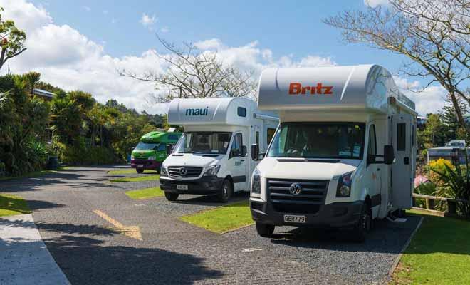 Si vous visitez la Nouvelle-Zélande durant la haute saison, il est recommandé de réserver ses places de camping pour éviter de perdre du temps à la recherche d'un terrain. Surtout quand on sait que le camping sauvage est passible d'une amende de 200 $ dans certaines zones du pays.