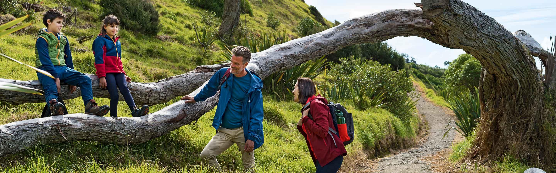 Famille de touristes en caming-car dans la nature.