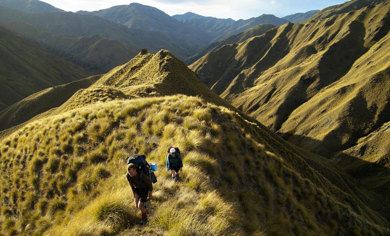 Les grandes randonnées couvrent parfois plus de 50 km et imposent de passer la nuit en refuge ou à la belle étoile. Il faut être raisonnable et choisir des itinéraires à la hauteur de ses moyens physiques.