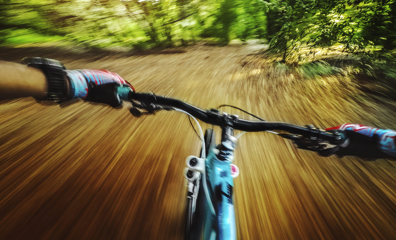 Comme dans la plupart des sports, la majorité des accidents en vélo est liée à un excès de vitesse sur un terrain inconnu. L'intervention des secours en forêt ou en montagne peut prendre du temps et vous coûter cher !