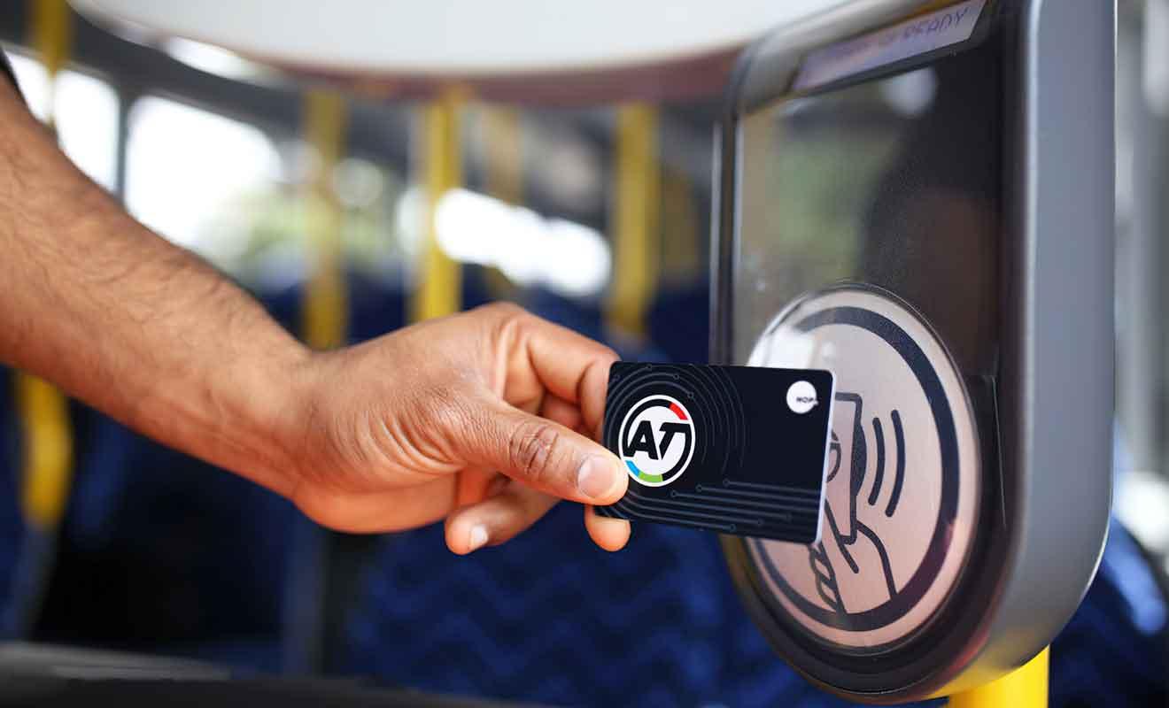 Achetez votre carte AT HOP pour prendre le bus facilement sur Waiheke.