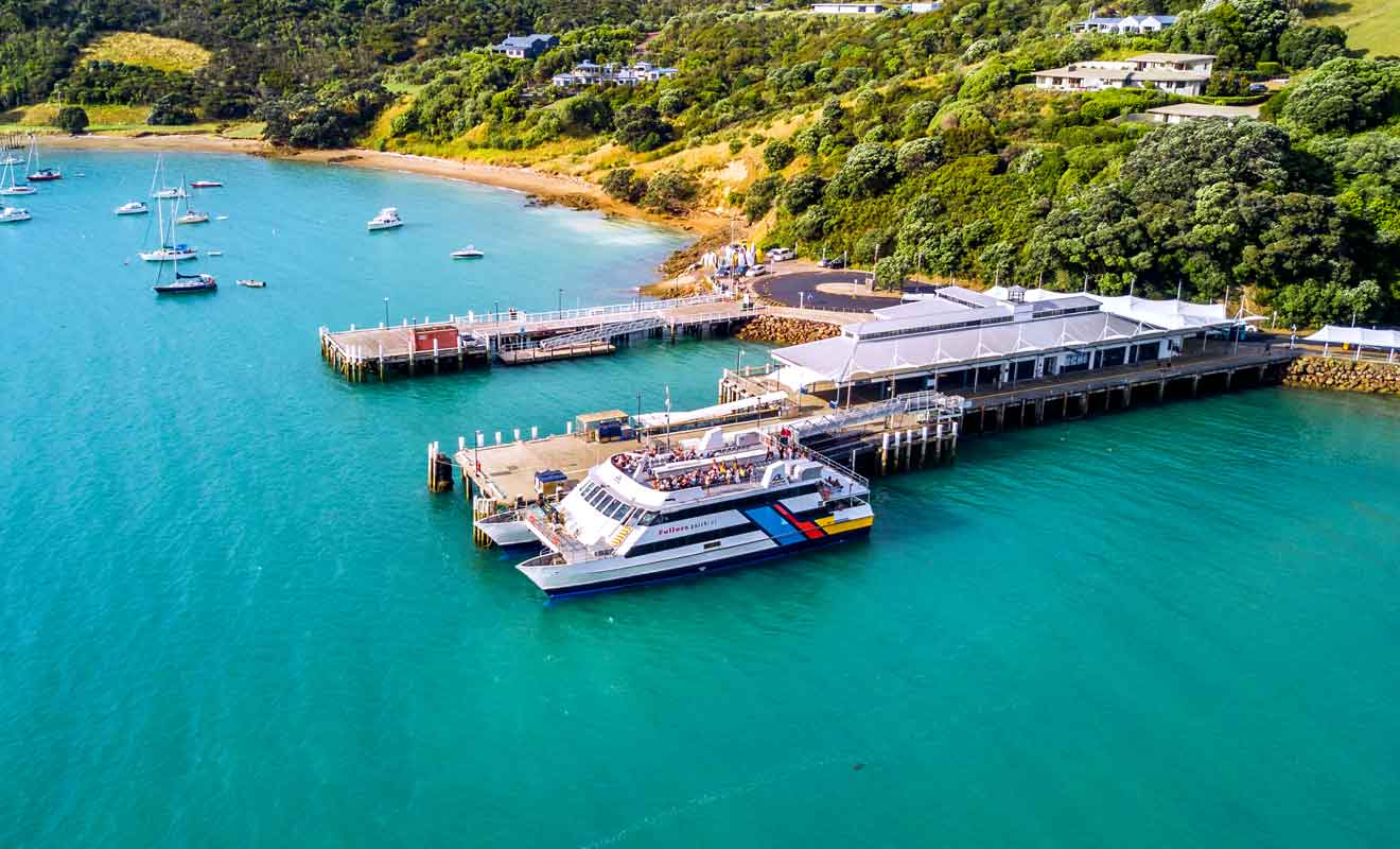 Matiatia Bay est desservie par la compagnie de Ferry Fullers 360.