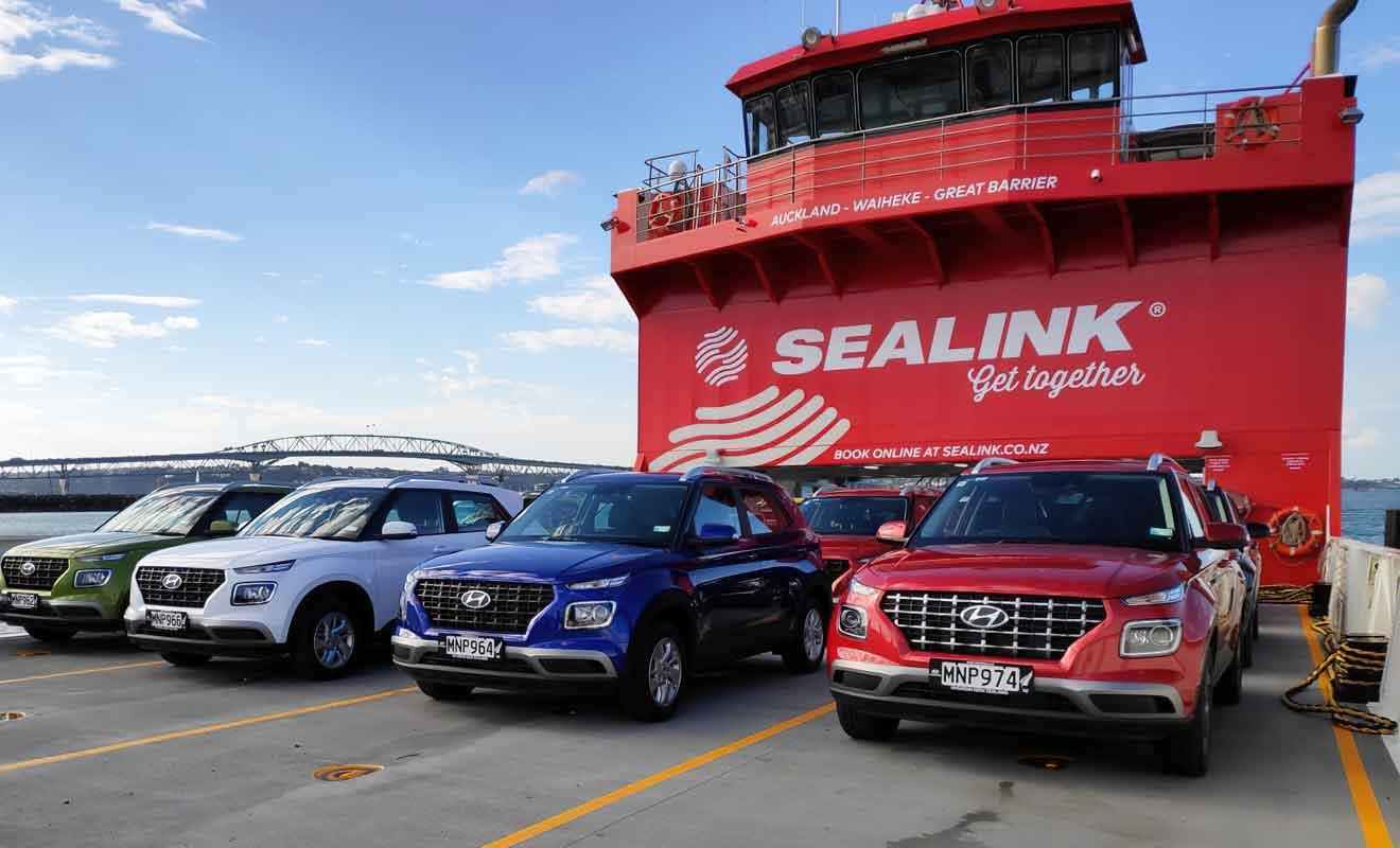 Embarquer avec une voiture permet de visiter Waiheke dans des conditions optimales et confère une grande autonomie.