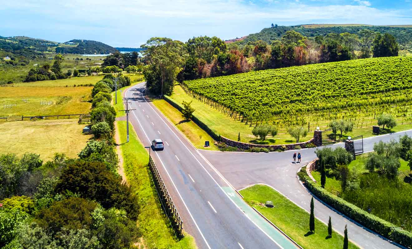 En dehors des grands axes, il faudra circuler sur des routes de gravier et réduire sa vitesse à 50 km/h au grand maximum.