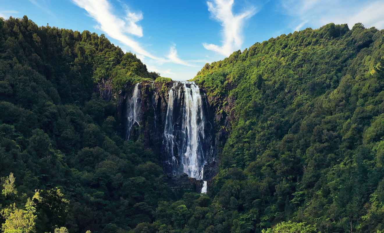 Une randonnée permet de rejoindre le sommet de la colline où se déverse la cascade sur 153 mètres d'altitude !