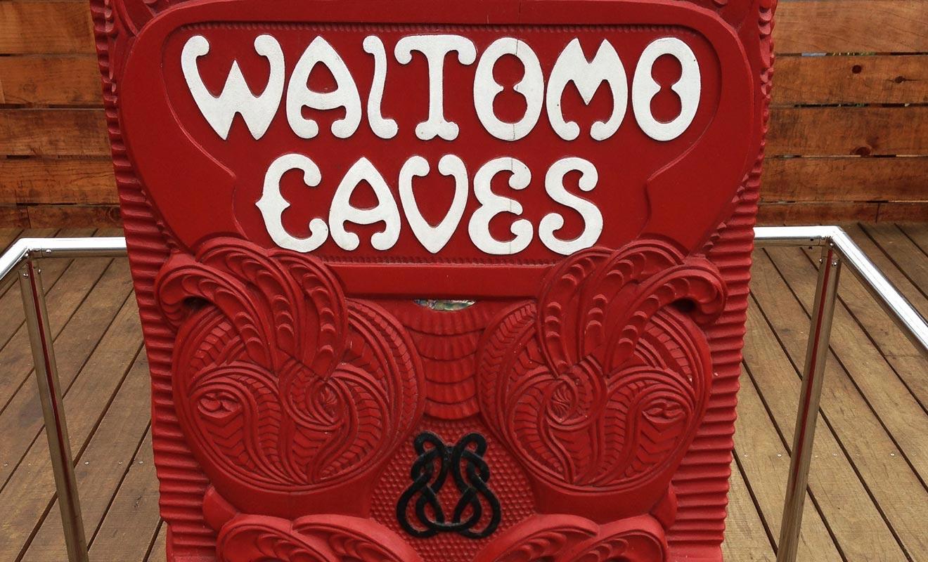 La région de Waitomo était autrefois la propriété des Maoris. L'exploitation commerciale des grottes a été attribuée à une tribu originaire de la région.