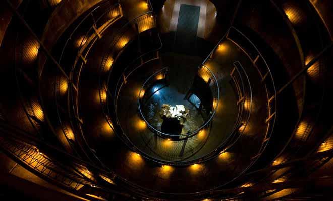 La descente dans la grotte de Ruakuri s'effectue en empruntant un escalier circulaire.