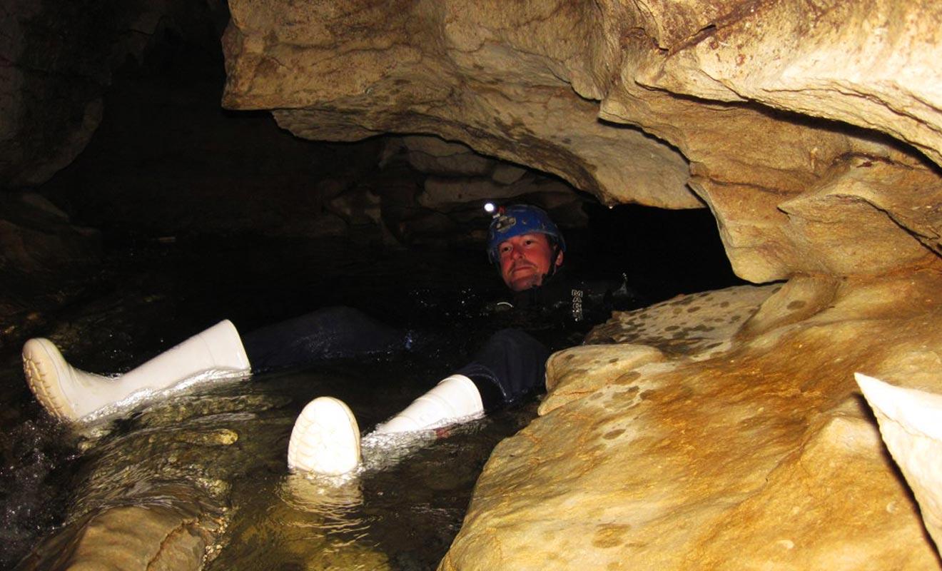 Savoir nager est rassurant et permet de savourer davantage l'exploration des grottes. Mais ce n'est pas une aptitude indispensable et la rivière n'est pas assez profonde, ni le courant assez fort pour être en danger.