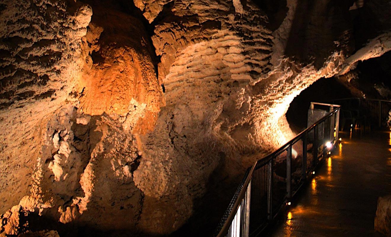 La grotte de Glowworm cave a été très bien aménagée. Certains trouvent que l'exploitation qui en est faite est trop commerciale.