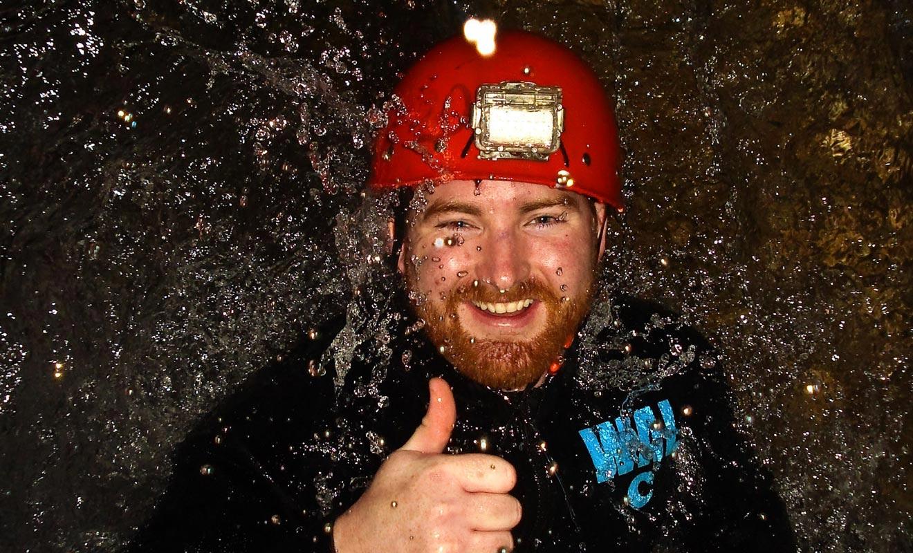 La visite la plus sportive des grottes permet de sauter dans des cascades souterraines. L'expérience qui semble effrayante de prime abord est en réalité facile et très amusante.