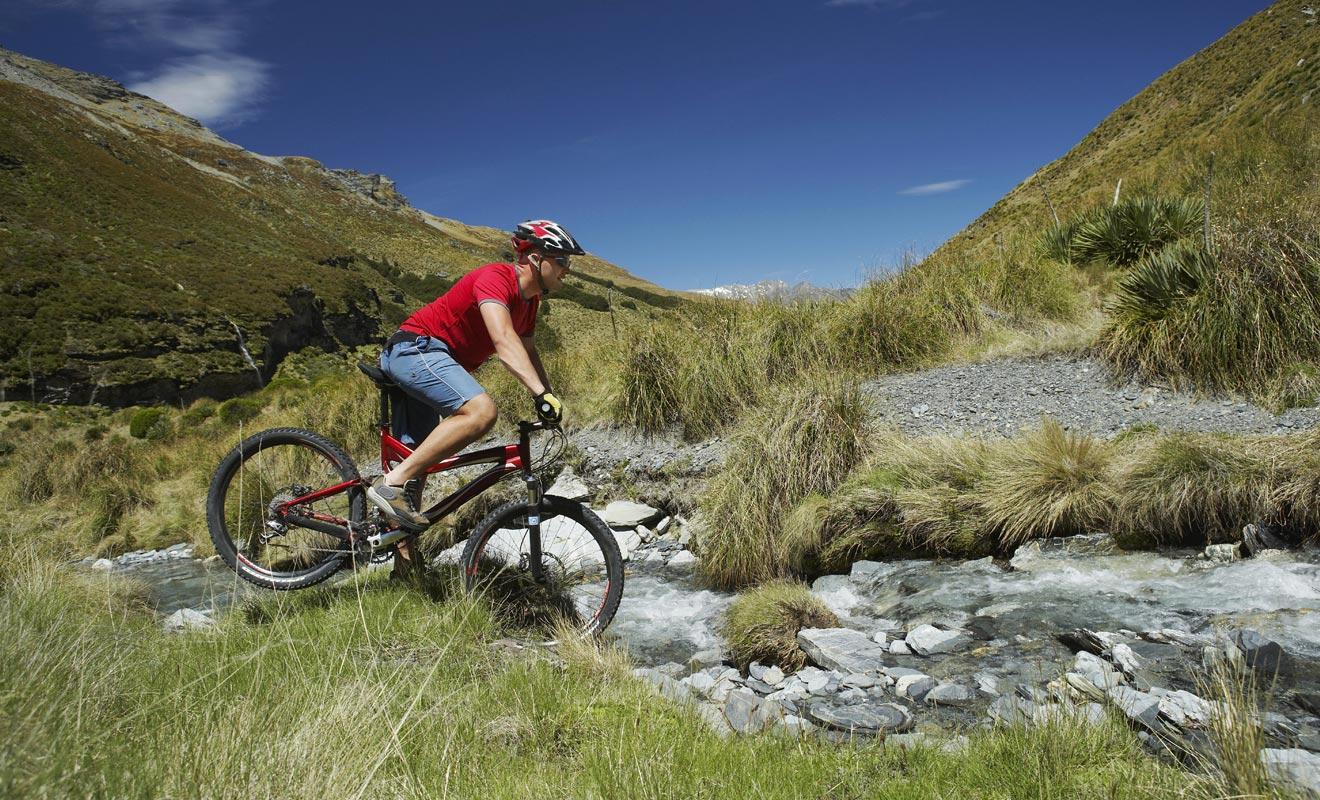 En plus des innombrables pistes de vélo dans tous le pays, les environs de Wanaka permettent d'incroyables randonnées en montagne ou au bord du lac.