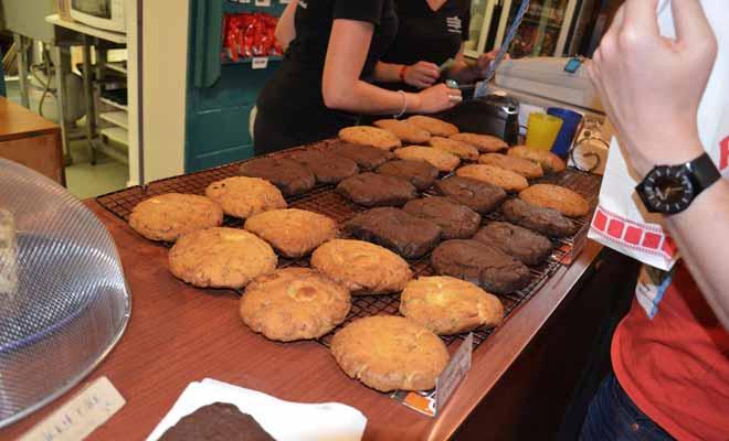 Les biscuits que le cinéma Paradiso propose à l'entracte sont faits maison. Préparés en journée, ils sont cuits pendant le début de la séance. Ils sont copieux et complèteront très bien le pique-nique du lendemain sur la route.