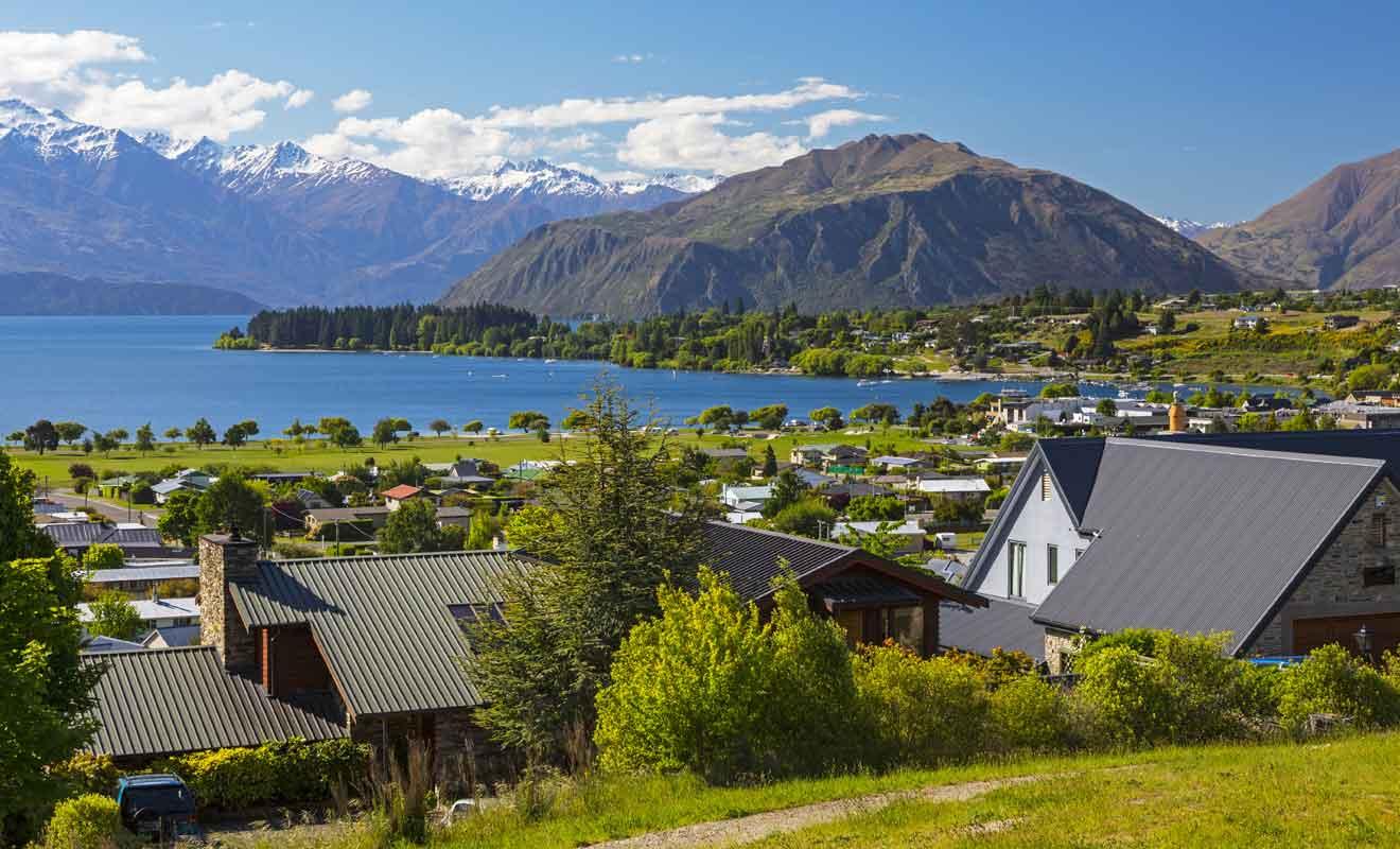 Le village se trouve au bord du lac Wanaka.