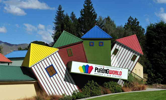 Puzzling World is both a museum of illusion and a park of leisure. Its outdoor labyrinth offers a real challenge.