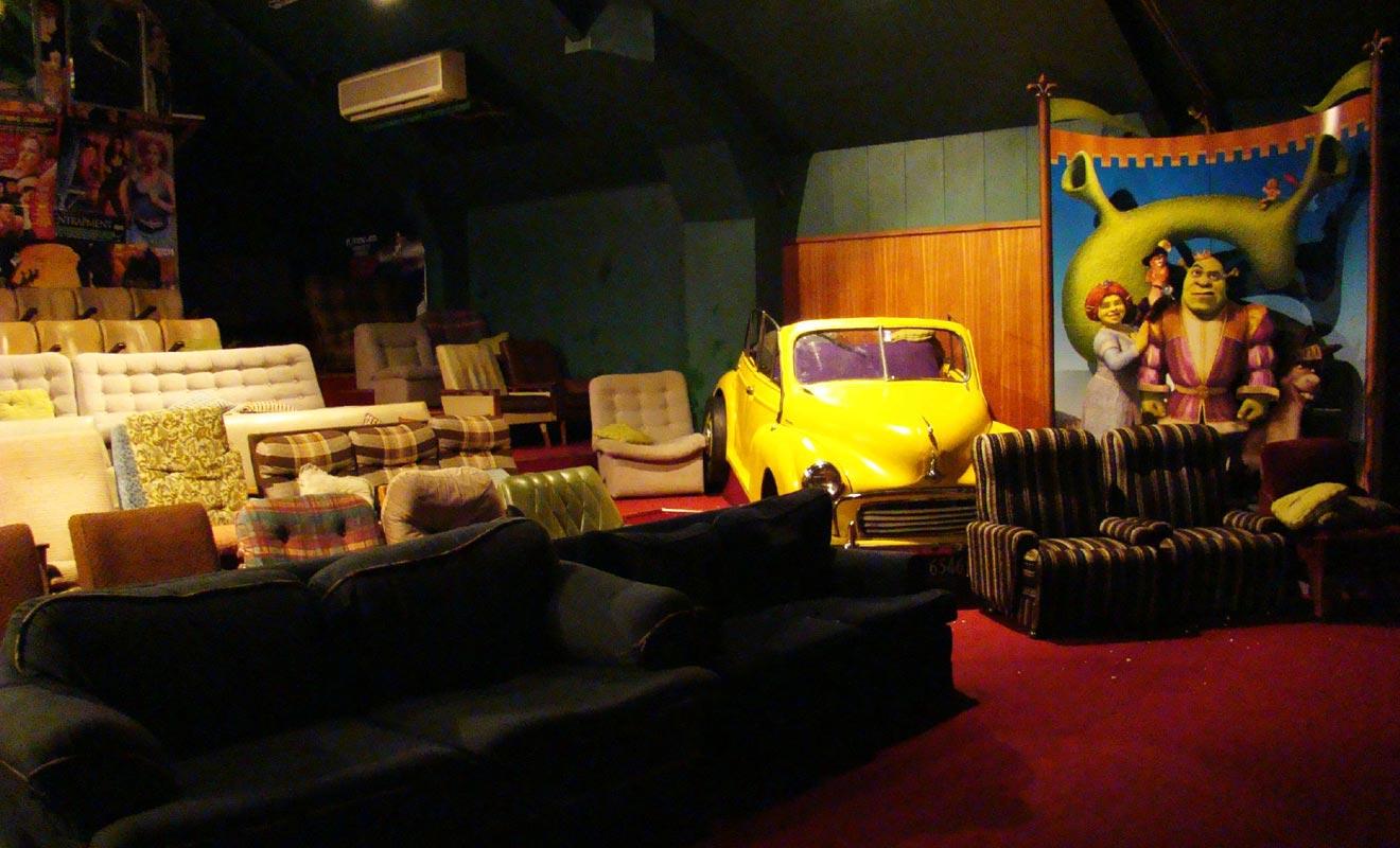 Le Cinéma Paradiso, c'est un peu comme le cinéma à la maison, mais avec un écran géant. La salle possède même une authentique voiture décapotable !