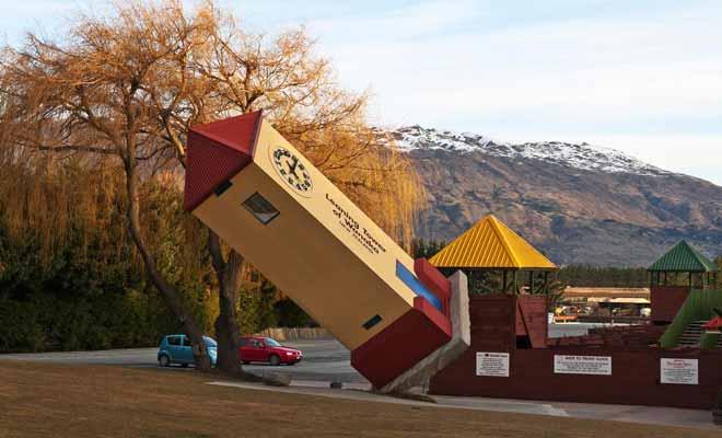 Lorsque l'on arrive en ville, on ne peut pas manquer la tour penchée de Puzzling World.