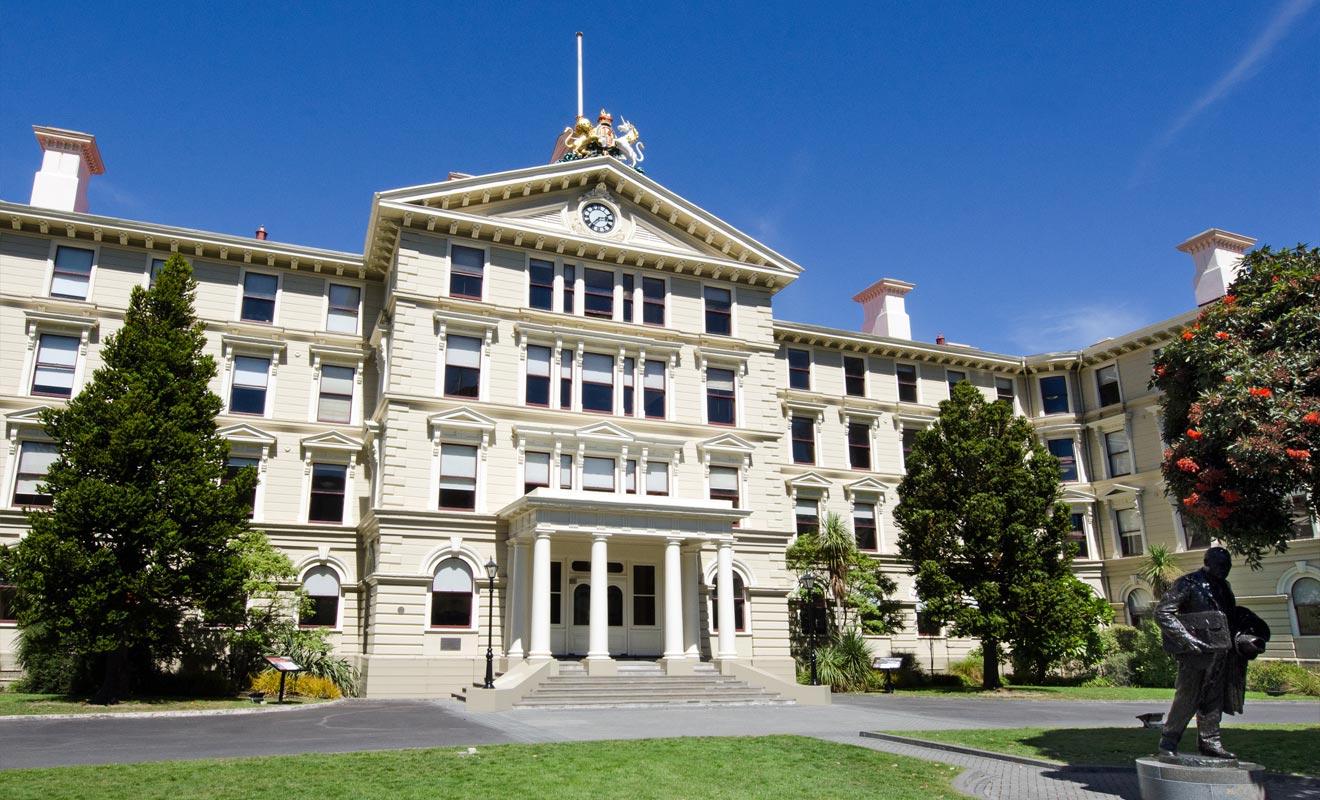 L'ancien parlement de Nouvelle-Zélande semble en pierre, mais il est en réalité bâtît en bois de kauri. Le paradoxe étant que ce matériau abondant à l'époque est aujourd'hui rare et coûte une fortune.