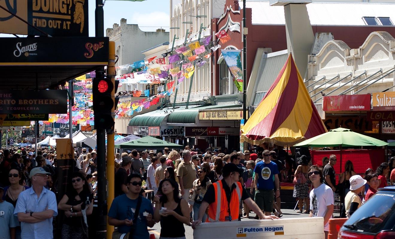 Le carnaval de Wellington emprunte la rue de Cuba Street.