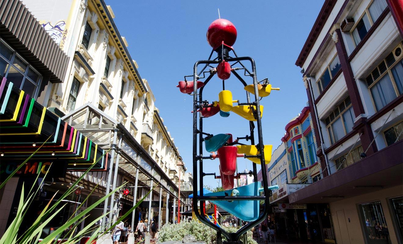 Autrefois une voie de tramway, Cuba Street est la rue la plus célèbre de Wellington. Ceci en raison de la présence de nombreux restaurants de cuisine du monde. Quant au nom de la rue, il n'a rien à voir avec l'île de Cuba. C'est dans ces parages qu'un navire baptisé « Cuba » a accosté il y a longtemps.