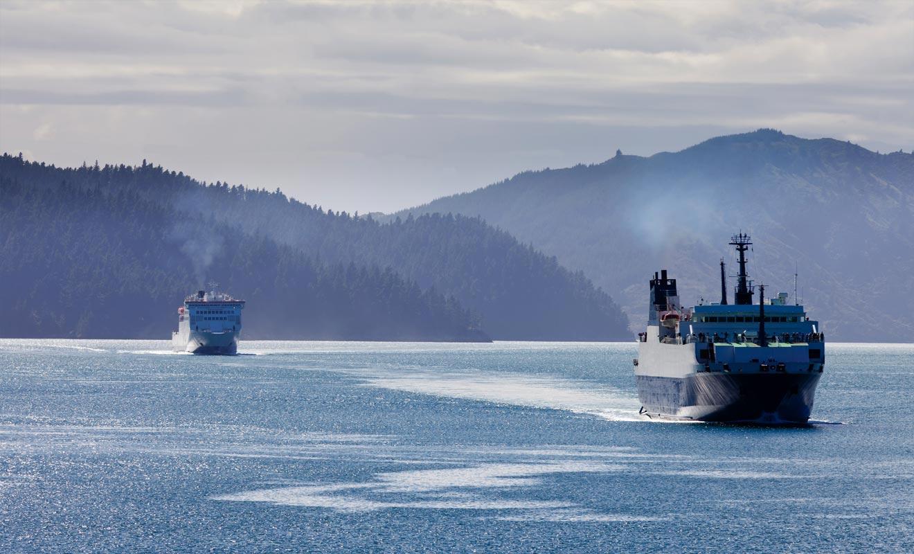 L'avion est une solution pratique pour passer d'une île à l'autre. La plupart des touristes empruntent cependant le Ferry qui fait la navette plusieurs fois par jour.