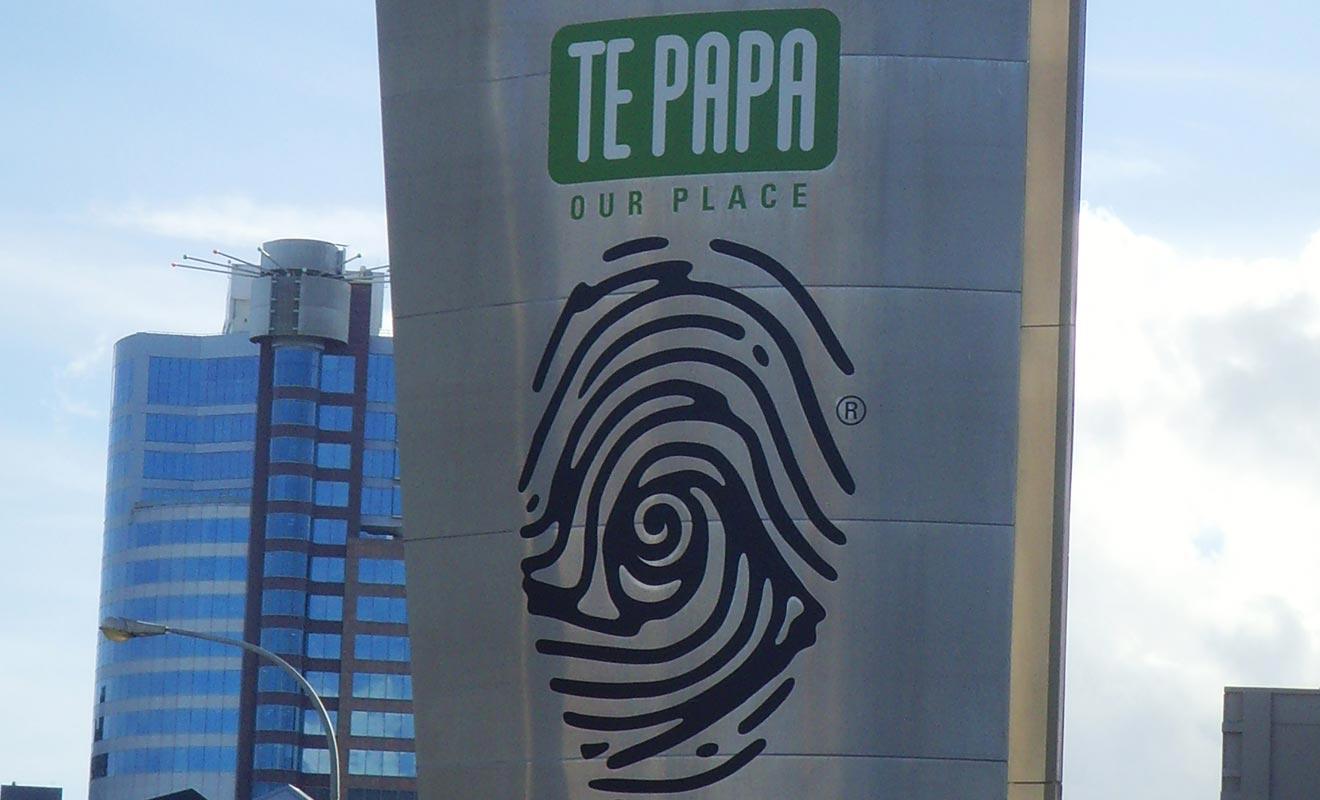 La principale originalité du musée Te Papa de Wellington tient à la manière dont les oeuvres sont exposées. Les allées sont larges et les créateurs ont choisi de privilégier la qualité et l'interaction du public au détriment de la quantité. Ce qui n'a pas manqué de faire polémique, mais le succès immédiat a vite fait taire les critiques.