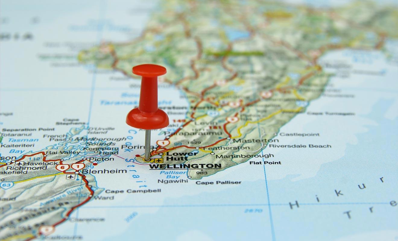 Wellington se situe sur la pointe sud de l'île du Nord de la Nouvelle-Zélande. Ce qui en fait le lieu de passage privilégié d'une île à l'autre du pays.