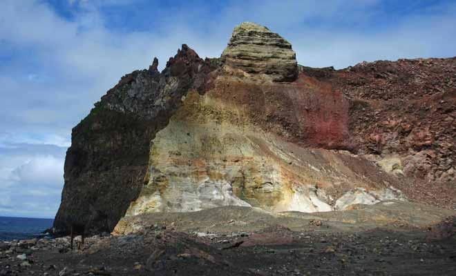 C'est l'acidité exceptionnelle dégagée par les fumerolles qui explique la couleur rouge de la roche.