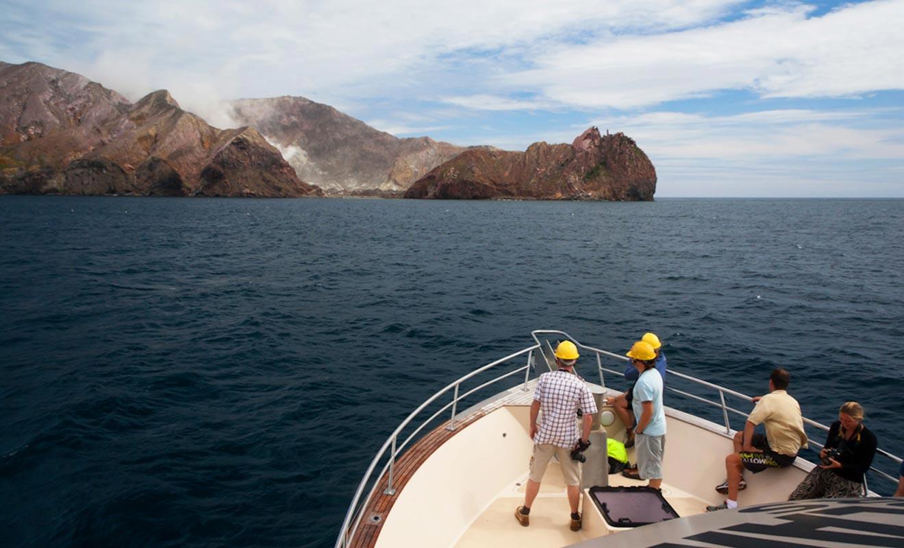 Une seule compagnie est autorisée à se rendre sur l'île. Le Pee Jay V garde ses distances avec le volcan et il faudra débarquer en zodiac.