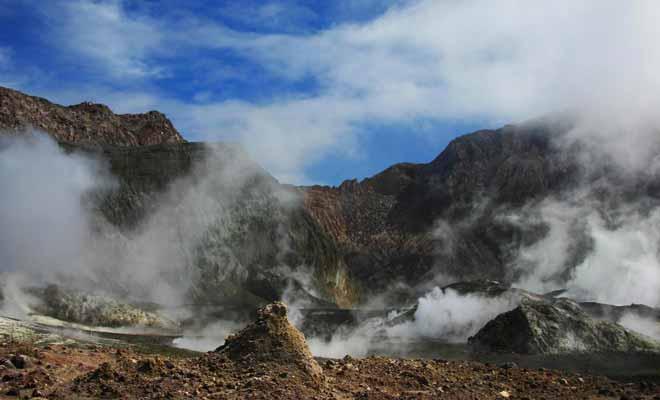 Le cratère central est au programme de la visite. Il possède un lac brulant que l'on approche avec prudence.