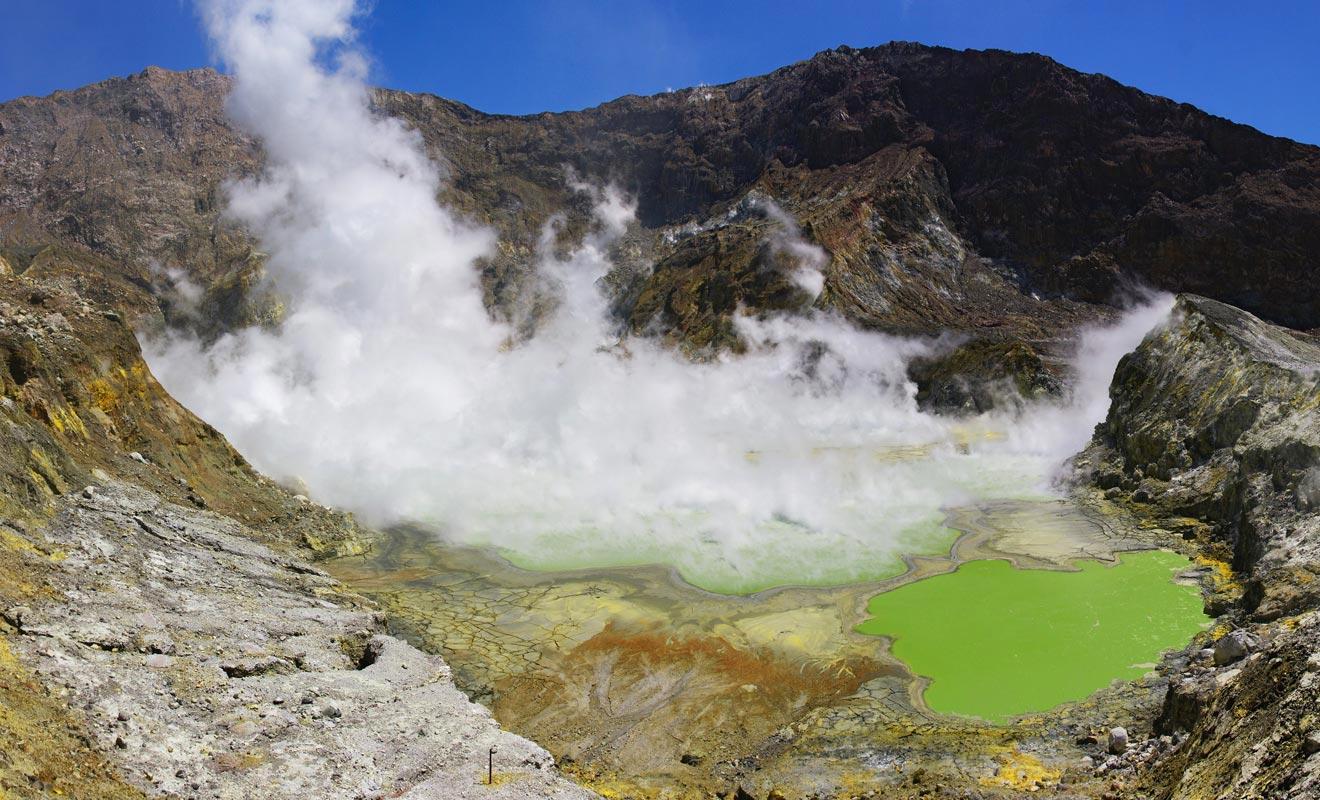 L'eau du lac central est hautement acide et toxique. Elle approche les 66 °C et la vapeur qui s'en dégage impose de porter un masque à gaz.