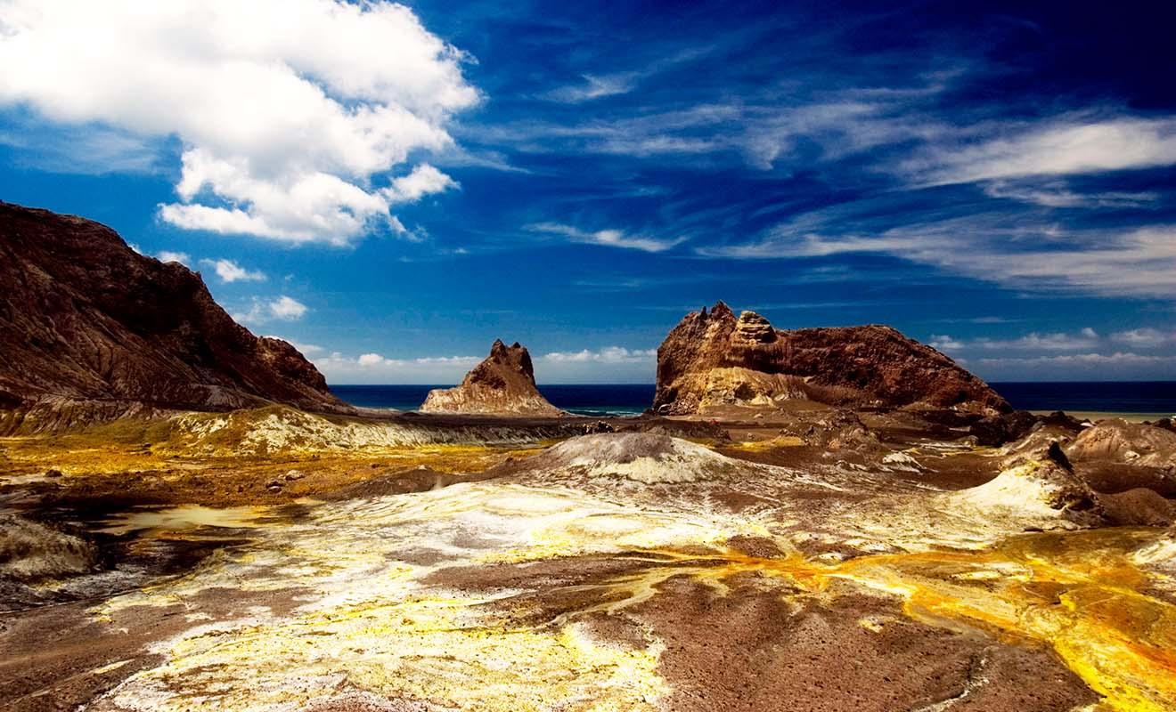 Le volcan de White Island est le seul volcan au monde dont le cratère est situé au niveau de la mer. Plus rare encore, c'est un volcan qui se visite malgré son activité.