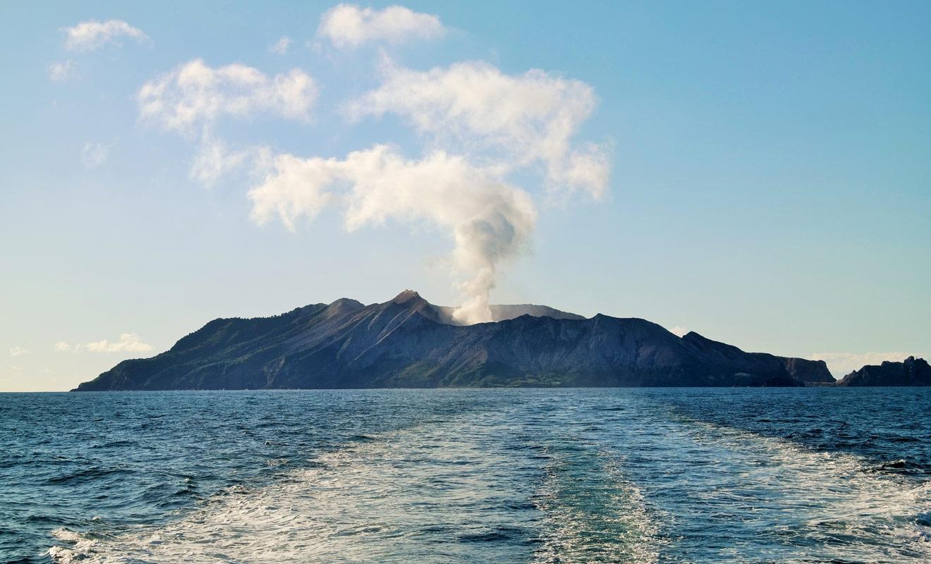 En Nouvelle-Zélande il est possible de visiter un volcan en activité. Située au large de l'île Du Nord, White Island fait l'objet de visites guidées, mais il faudra porter un casque et un masque à gaz par endroit.