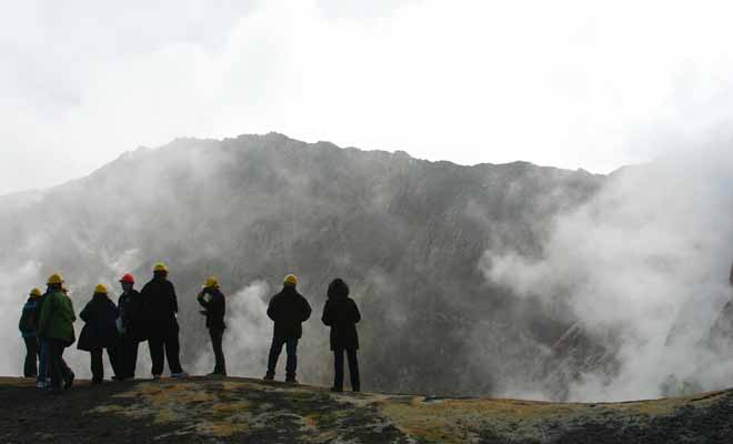 Le volcan en activité gronde et siffle constamment. Rassurez-vous, son degré d'activité est constamment mesuré par les volcanologues.