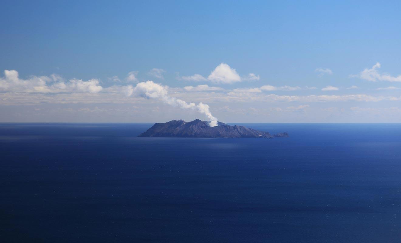 White Island se trouve au large de l'île du Nord, dans la baie de l'abondance.