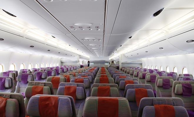 De zitplaatsen op de A380 zijn iets breder dan normaal, en je hebt nog een paar plaatsen om je benen op te slaan.