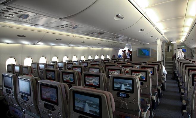 Elke zitplaats is uitgerust met een scherm waarmee u uw programma kunt kiezen (film, serie, muziek, videospelletjes ...). Hoofdtelefoons worden door medewerkers verdeeld.