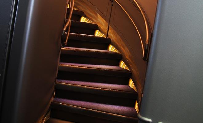 De A380 heeft ook een bovendek dat passagiers neemt. Dit verklaart de ongewone aanwezigheid van een trap in het vliegtuig.