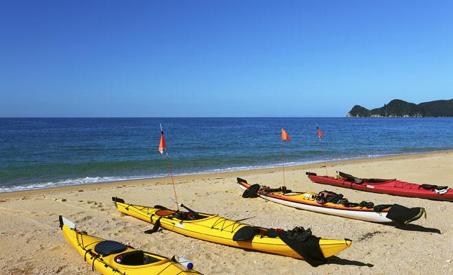 No son las playas de arena que le faltan en Nueva Zelanda, y se puede practicar muchas actividades en la playa, comenzando con kayak.
