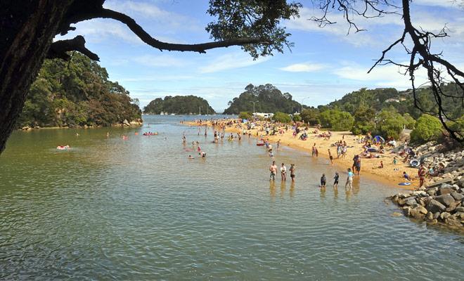 Abel Tasman Park es el parque nacional más soleado de Nueva Zelanda, y sus playas de arena de color naranja atraen a turistas de todo el mundo.