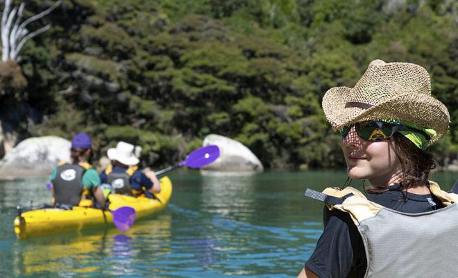 De fijnere ozonlaag over Nieuw-Zeeland en de reverberatie van kristallijn water verhoogt de kans op slecht zonnebrand. Vergeet niet om een zonnebrandcrème met een hoger beschermingsniveau te brengen dan normaal.