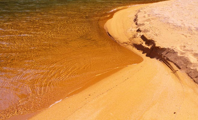 La arena naranja dibuja su color de los minerales del óxido de hierro. Es un matiz único en el país y explica en parte el éxito del parque.