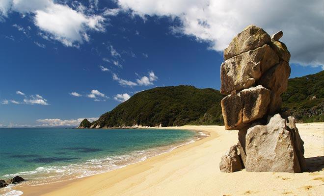 De stranden hebben zeer fotogene rotsen.