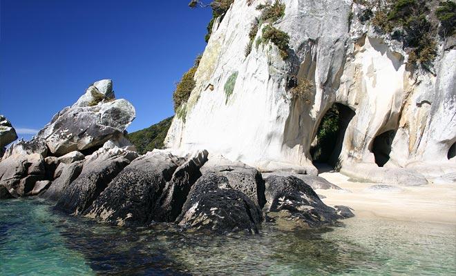 Er zijn ook grotten te verkennen aan de kust.