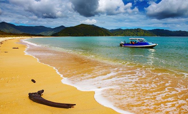 Met de watertaxi's kunt u de verschillende stranden verzorgen. Het is een ideale oplossing om op een bepaald punt bij een wandelpad aan te sluiten of om het einde van de dag terug te krijgen.