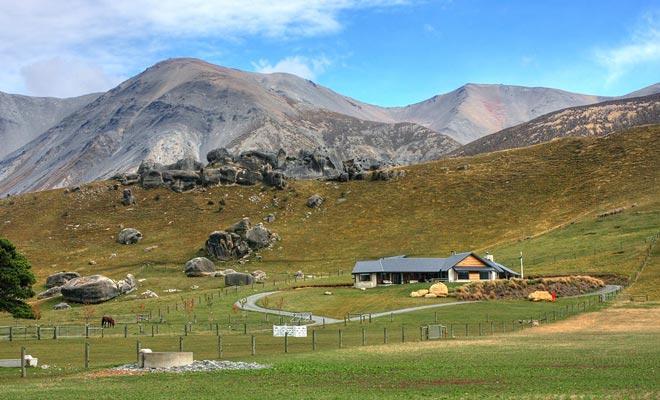 Er zijn natuurlijk boerderijen die niet in droomlandschappen zijn gelegen. Maar als u gemotoriseerd bent, kunt u de omgeving verkennen en u ontdekt wonderen buiten de gebaande paden.